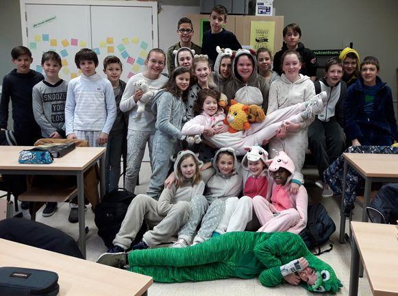 De leerlingen en leerkrachten van het Lyceum Ieper trokken vrijdag naar school in pyjama en dat deden ze uit solidariteit en liefde voor een leerling die les volgt via Bednet.