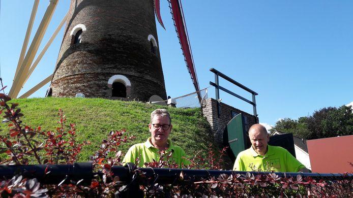 Leerling-molenaar Wim Aarts (links) en molenaar Toon Hendrikx aan het werk op de belt van korenmolen De Hoop in Sprundel.