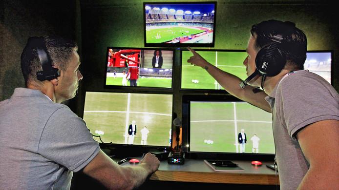 Pol van Boekel (links) en Danny Makkelie als videoscheidsrechter tijdens een test van de FIFA bij de oefeninterland Italië - Frankrijk.