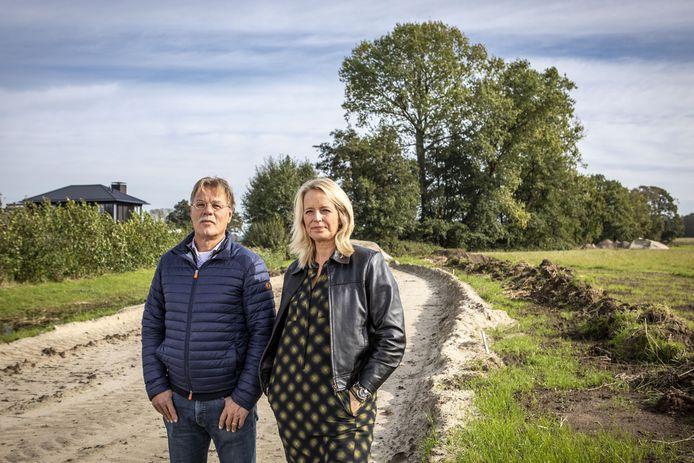 Willy ter Beek en Petra Hagreize bij de bomenrij die dreigt gekapt te worden door de gemeente.