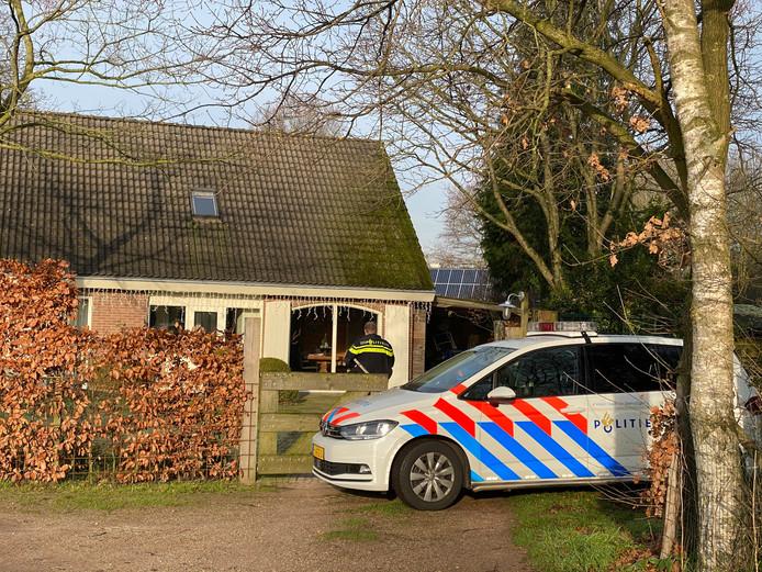 Politie verricht onderzoek op zaterdagochtend 28 december, nadat de bewoner van het huis de hele nacht in zijn eigen huis is vastgehouden door twee overvallers.