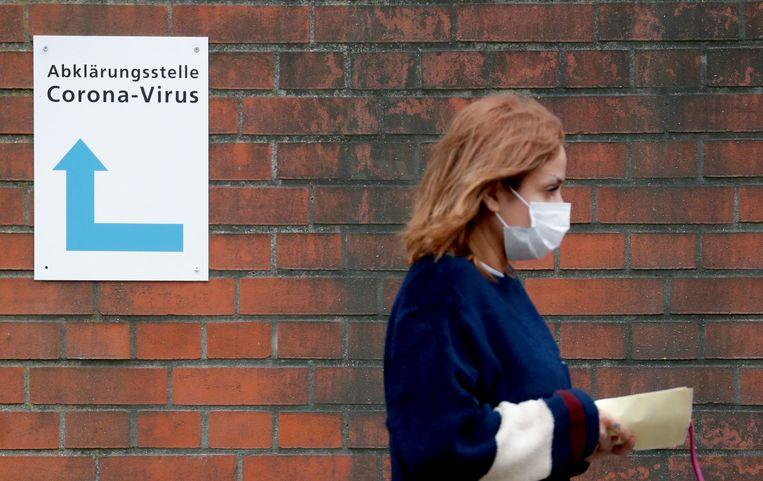 Een vrouw onderweg naar een corona-testcentrum in Berlijn.  Beeld AFP