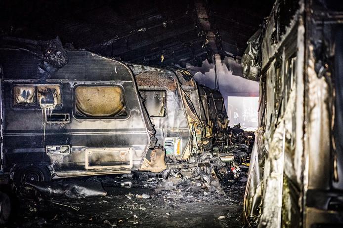 Schuur met caravans en oude Mercedes in vlammen op gegaan in Someren.