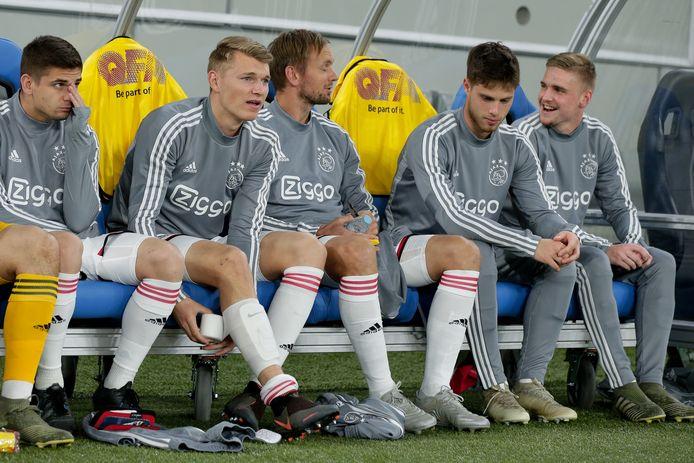 Kik Pierie op de bank bij Ajax met recht naast hem Kenneth Taylor. Van links naar rechts: Razvan Marin, Perr Schuurs en Siem de Jong.