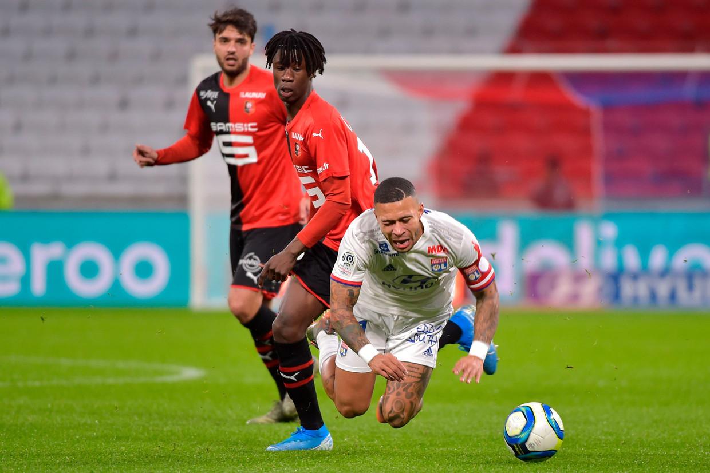 Depay scheurt zijn voorste kruisband in de linkerknie tijdens een wedstrijd van zijn club Lyon tegen Rennes. Beeld AFP