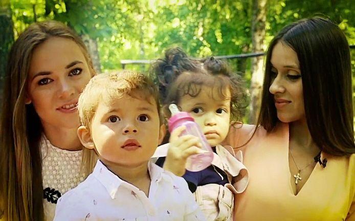 Daria Danilina (l) en Anna Bagajeva met hun kinderen.