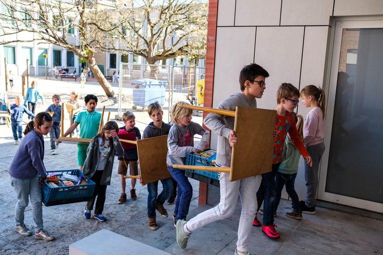 De leerlingen helpen zelf mee met de verhuis.
