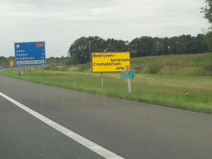 Het verwijsbord langs de A50 bij Uden