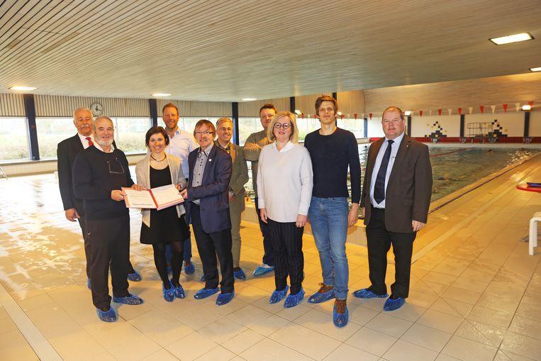 Het samenwerkingsprotocol werd plechtig ondertekend in het zwembad van Liedekerke.