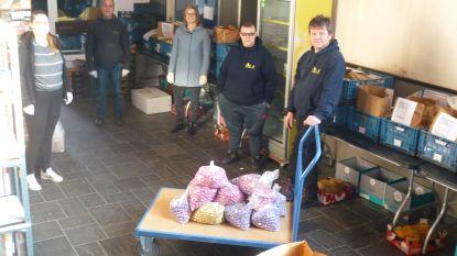 KWB schenkt 100 kilogram paaseieren aan sociale kruidenier