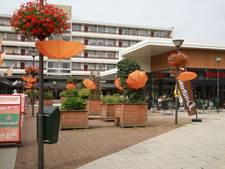 Woontoren groet Presikhaaf met paraplu's