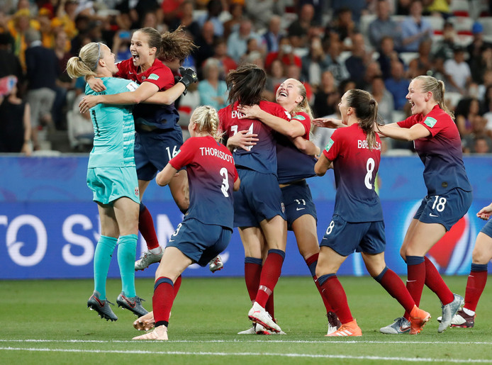 De uitzinnige vreugde bij Noorwegen na de gewonnen penaltyserie.