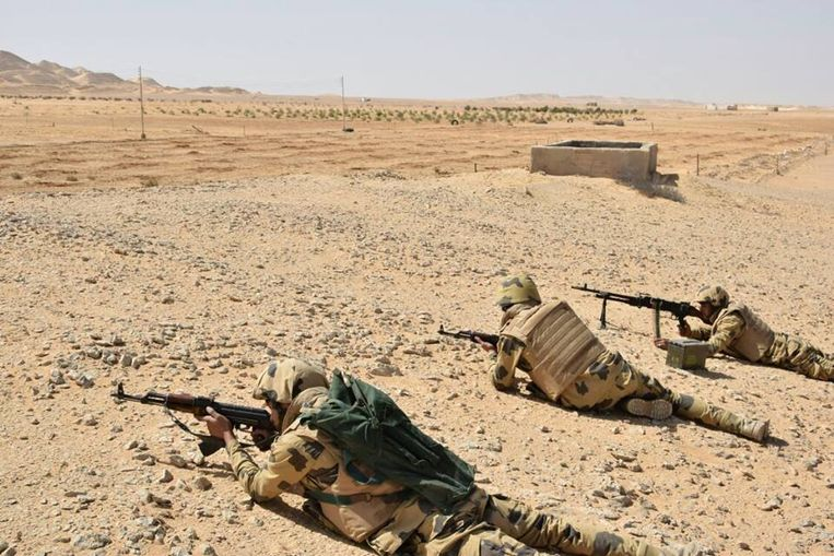 Egyptische soldaten nabij Al-Arish in de Sinaï. Beeld REUTERS