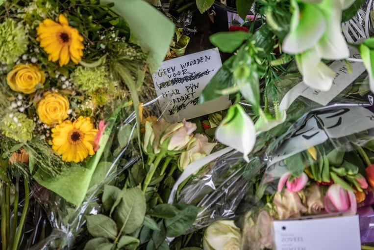 De eerste mensen nemen afscheid van Julie Van Espen tijdens een wake onder de Theunisbrug.