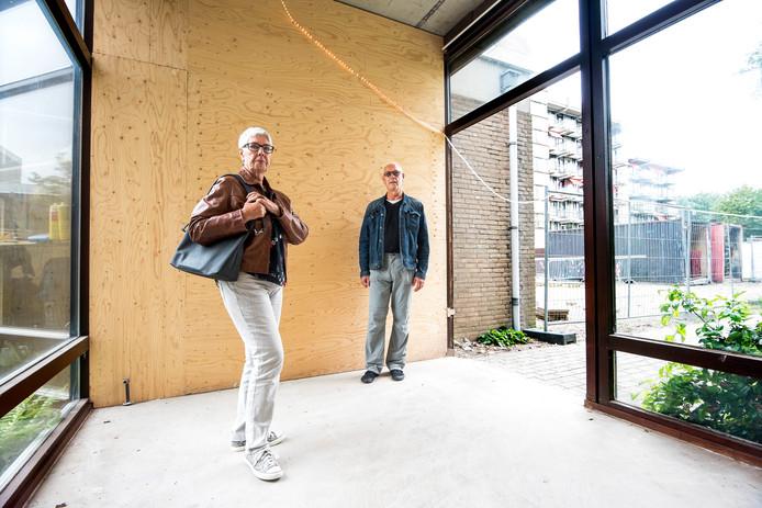 Lies en Ton Scheepmaker in de afgesloten verbindingsgang tussen twee appartementencomplexen van woonzorgcentrum De Bijnkershoek. Hun 99-jarige moeder en andere bewoners kunnen nu alleen nog buitenom naar het restaurant, ook in de winter.