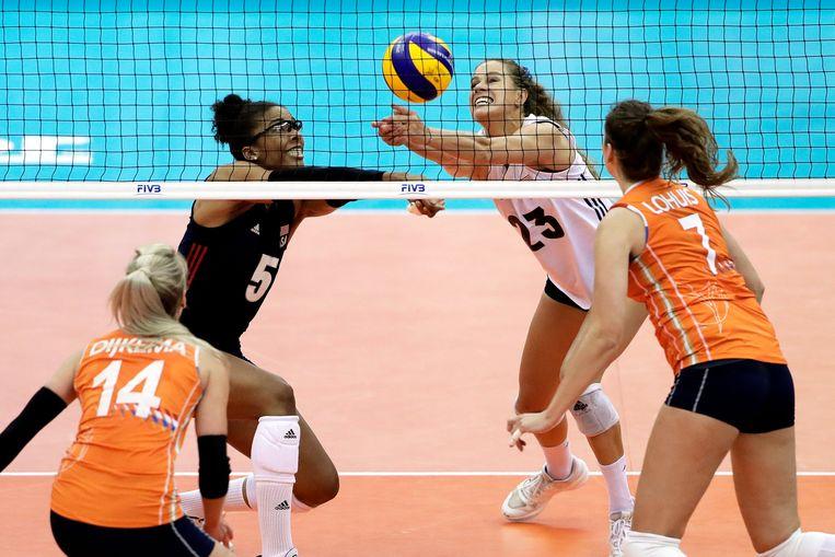 De Oranje volleybalvrouwen behaalden een historische overwinning op titelverdediger Verenigde Staten. Beeld EPA