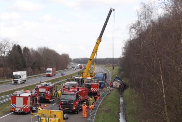 De tankwagen wordt uit de greppel langs de A67 getakeld.