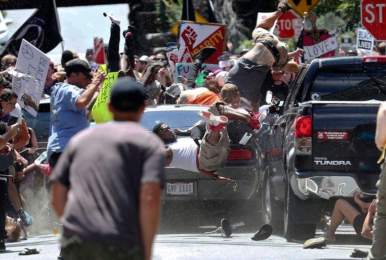 Het ogenblik waarop Fields met zijn Dodge Charger op de tegenbetogers inrijdt.