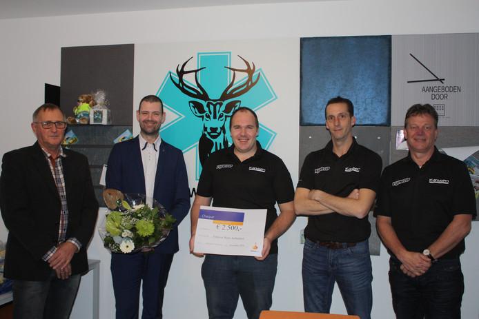 Stichting Veluwse Wens Ambulance ontvangt een cheque van de commissie van de Rabobank Veluwecup.