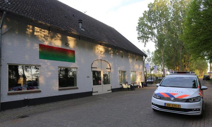 Een arrestatieteam deed dinsdag een inval in deze  Bossche woning waar volgens drie meisjes groepsverkrachtingen plaats hebben gevonden.
