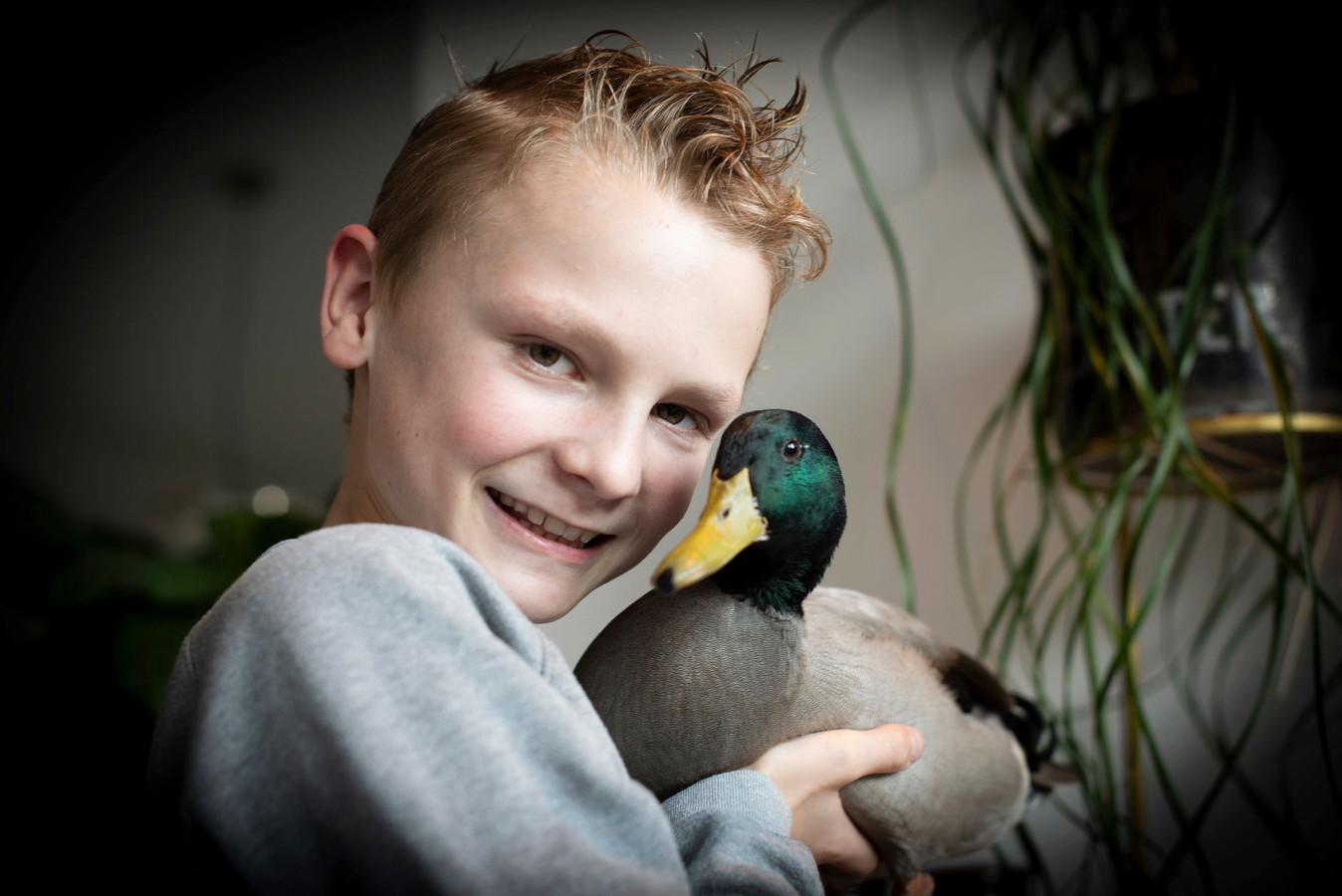 Marijn en eend Puk, het nieuwste lid van de familie Van Oirschot in Teteringen.
