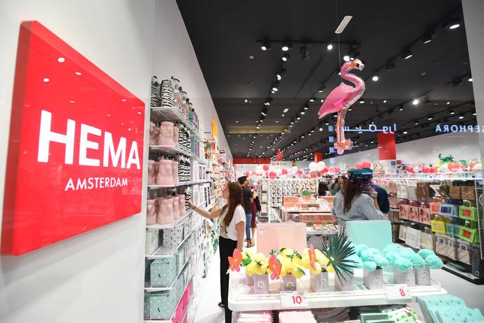 Klanten in de nieuwe flagshipstore van HEMA in winkelcentrum IBN Battuta in Dubai.
