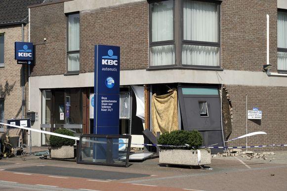 Er vielen gelukkig geen gewonden, maar de schade aan het bankkantoor is zeer groot.