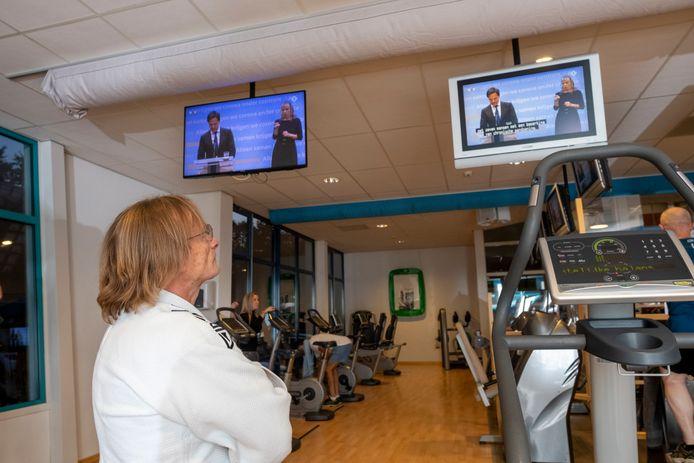 Gerrit Bijsterbosch van Sportcenter Bijsterbosch volgt de persconferentie in de fitnesszaal in Heerde.