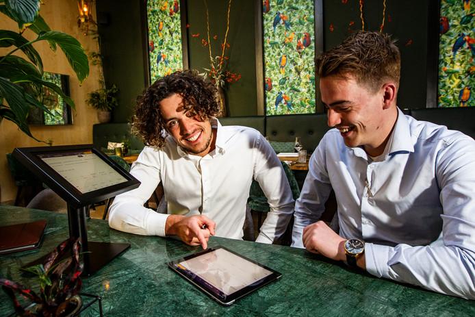 Jonathan Bergers helpt bij Huis Vermeer in Deventer restaurantmanager Timon Bril  met het reserveringssysteem OnlineGastheer.