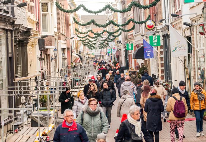 Op de Voorstraat lopen de bezoekers tussen de lege kramen.