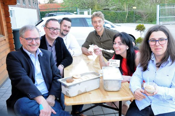 Burgemeester Wijnants, schepen Vandevelde, uitbater Davy, sporters Ward en Sarah en speculaasmaker Erika genieten van het nieuwe ijs.