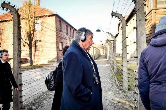 Le ministre-président flamand Jan Jambon avec des écouteurs et un audioguide, lors d'une commémoration du 75e anniversaire de la libération du camp de concentration d'Auschwitz-Birkenau, à Oswiecim, en Pologne, mardi 21 janvier 2020.