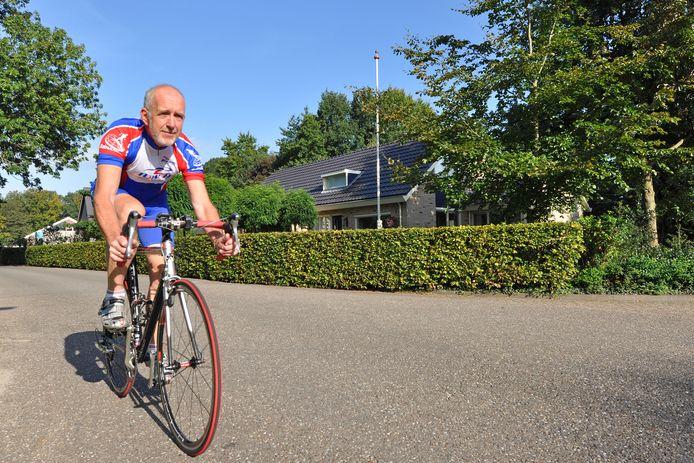 De Zwartewaterlandse wethouder Gerrit Knol is al tientallen jaren een fanatiek wielrenner.
