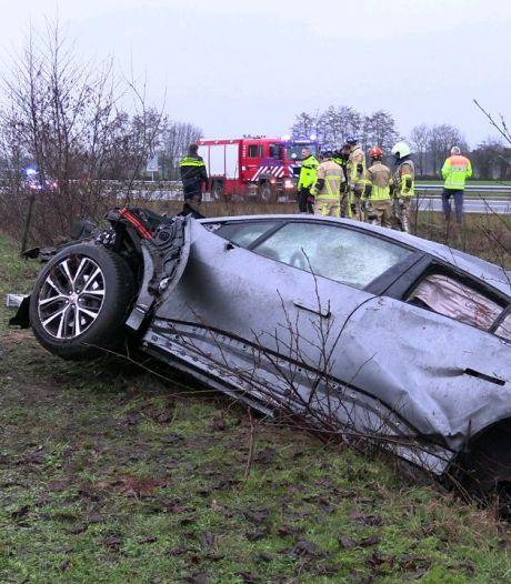 Jaguar slaat meerdere keren over de kop op N18, bestuurder gewond