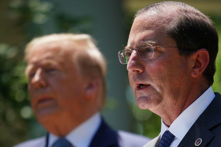 De Amerikaanse minister van Volksgezondheid Alex Azar (rechts) met achter hem de Amerikaanse president Trump.
