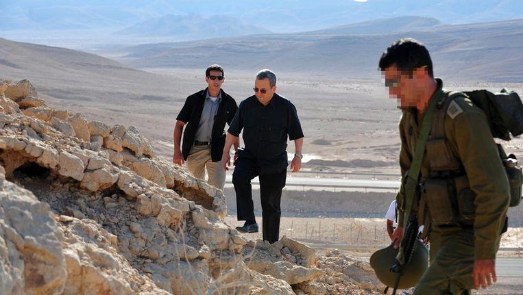 Minister Ehud Barak van Defensie bezoekt de plek van de aanslagen. Beeld epa