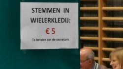Grapjassen in het kiesbureau: wielertoeristen moeten 'vijf euro betalen om te mogen stemmen'