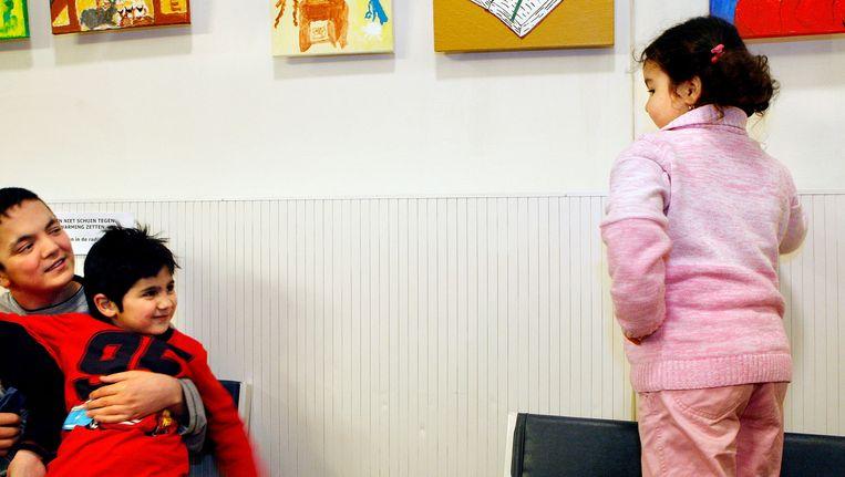 Hoofddorp, 2009: ex-asielzoekers vieren dat zij dankzij het generaal pardon een verblijfsvergunning hebben gekregen Beeld anp
