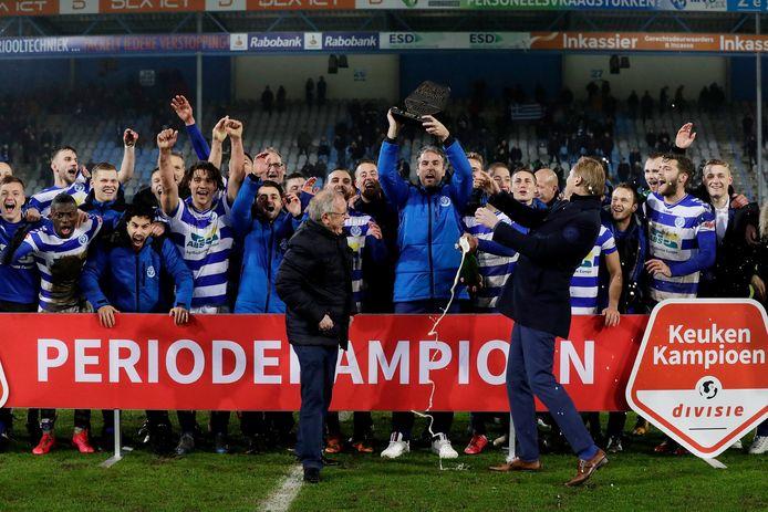Spelers van De Graafschap vieren het periodekampioenschap.