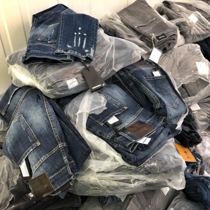 Honderden namaak-spijkerbroeken.