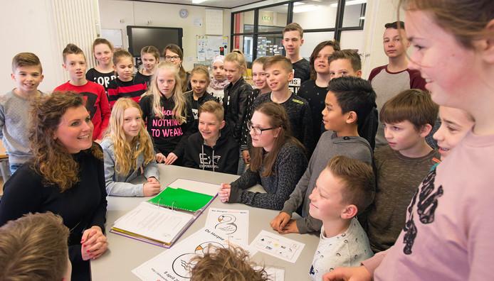 Juf Pleun in beraad met haar groep 8 van 't Schrijverke.