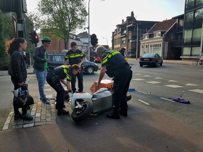 Scooterrijders komen in botsing in Tilburg .