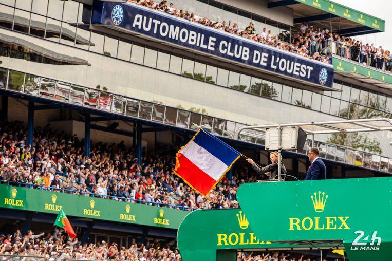 De 24 Uur van Le Mans wordt op gang gevlagd.