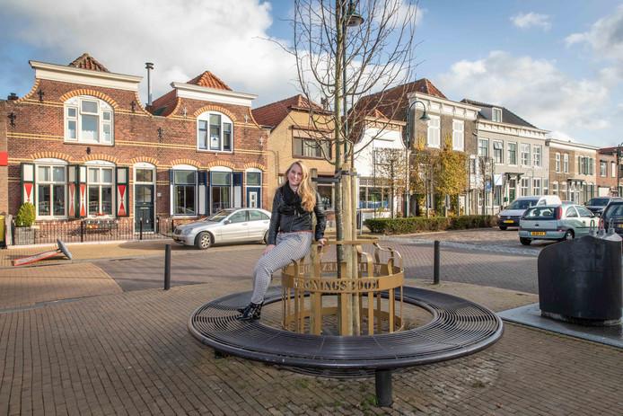 Lotte Polderman zorgde er mede voor dat er weer een nieuwe k(r)oningslinde geplant kon worden op de Markt in Sint-Maartensdijk.