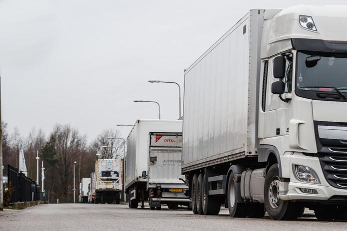 Voorbeeld van langs de weg geparkeerde vrachtwagens. In Genemuiden wordt daar nu een einde aan gemaakt.
