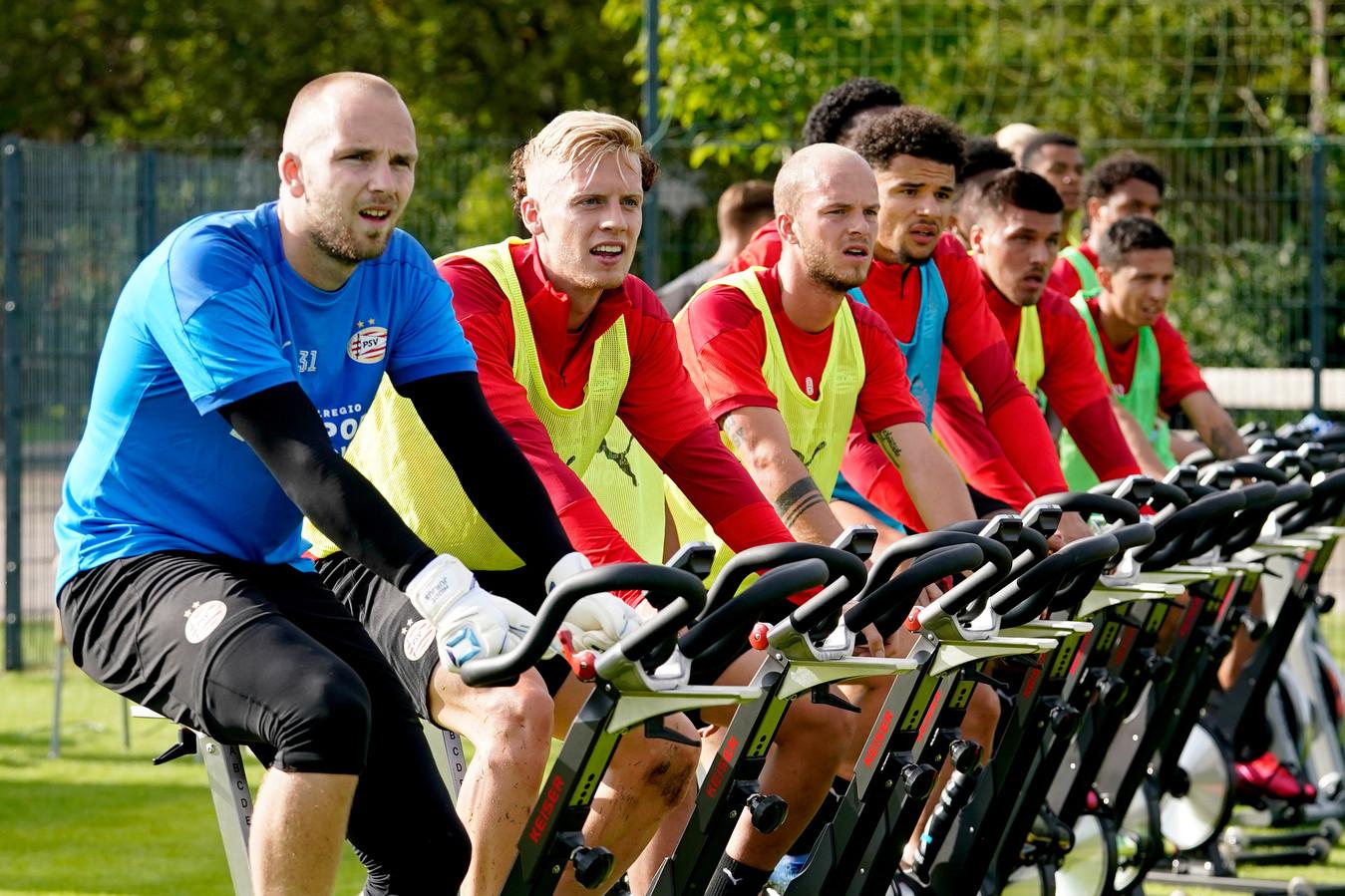 De PSV'ers tussen de partijvormen op de fiets: Hidde Jurjus, Timo Baumgartl, Jorrit Hendrix, Armando Obispo, Mauro Júnior, Donyell Malen en Cody Gakop zijn zichtbaar.