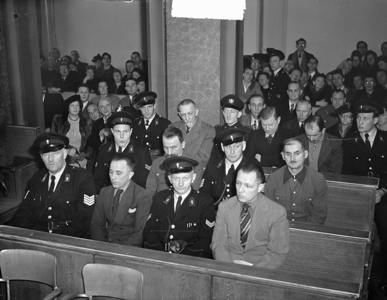 Kotalla, voorste rij tweede van links, bij zijn proces in 1948. Beeld null