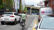 Oliespoor op Engels Plein: twee fietsers tegen de grond