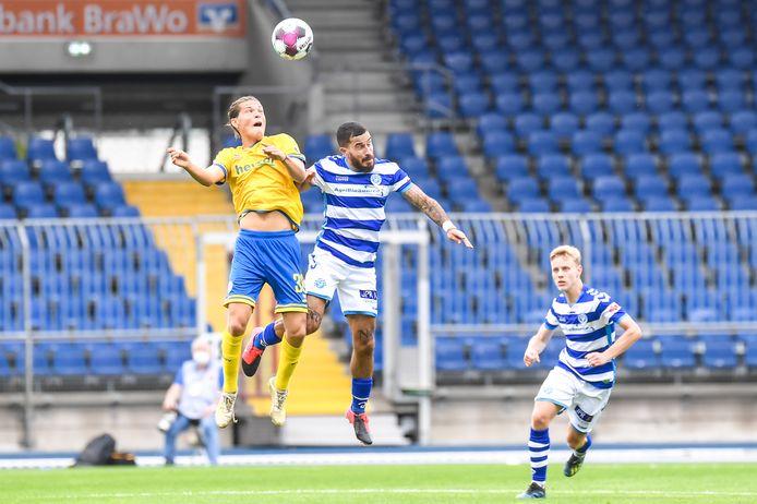 De Graafschap-linksback Jordy Tutuarima (midden) vecht een luchtduel uit in de oefenwedstrijd tegen Eintracht Braunschweig. Rechts kijkt Rick Dekker toe.