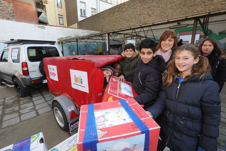 De leerlingen van De Groeiboom laden de ingezamelde schoolspullen in.